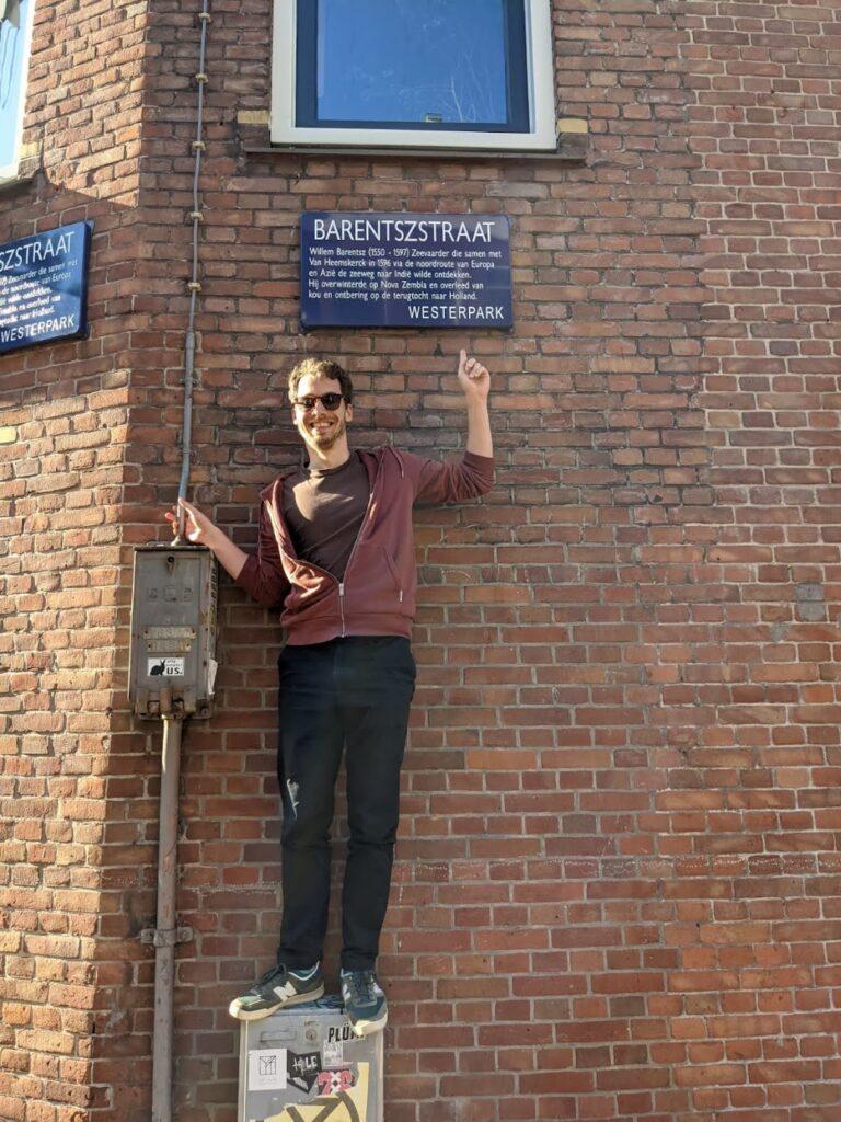 Op de foto: Robin wijzend naar een straatnaambordje Barentszstraat.